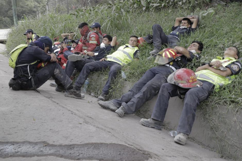 Lunes: un descanso en medio de las extenuantes jornadas de los Bomberos Municipales. (Fotos: Alejandro Balán/Soy502)
