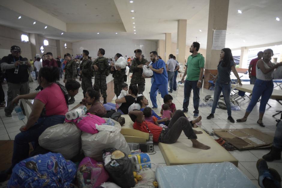 Lunes: voluntarios, médicos y Ejército acomodan los víveres en el salón municipal de Escuintla que sirve de albergue. (Foto: Wilder López/Soy502)