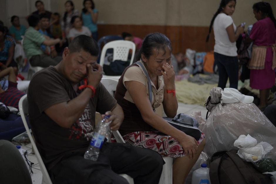 Lunes: los sobrevivientes a la catástrofe lloran a sus seres queridos en el albergue habilitado en el Salón Municipal de Escuintla. (Foto: Wilder López/Soy502)