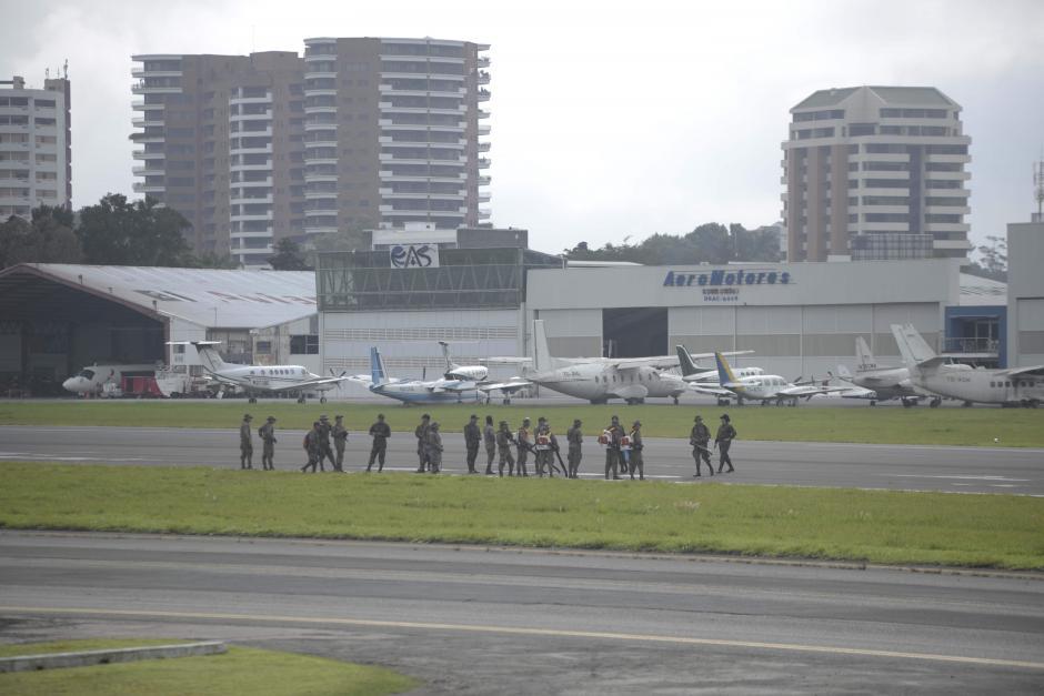 Lunes: suspendieron los vuelos del domingo y lunes hasta limpiar la arena de la pista del Aeropuerto Internacional La Aurora. (Foto: Wilder López/Soy502)