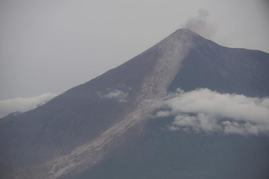 Lunes: se realizaron varios sobrevuelos de reconocimiento sobre en la zona afectada por el Volcán de Fuego. (Foto: Wilder López/Soy502)