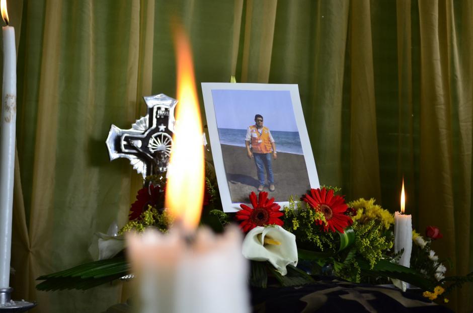 Martes: el sepelio de Juan Fernando Galindo, el delegado de la Conred que murió intentando salvar a vecinos de El Rodeo. (Foto: Lucía Galindo/Soy502)