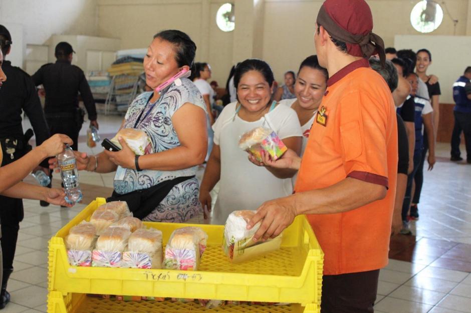 La empresa entregó alimentos en distintos albergues de Escuintla. (Foto: cortesía Pollo Campero)