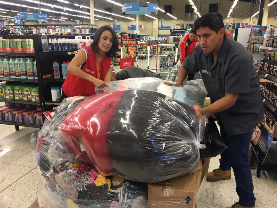 Walmart entregó más de 30 tarimas de donativo. (Foto: cortesía Walmart)