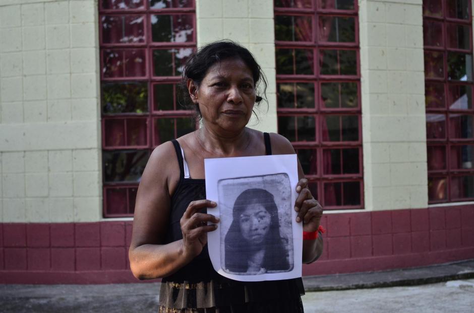 Jueves: Eufemia García, habitante de los Lotes, asegura haber perdido a 50 familiares, sostiene el retrato de su hija de 28 años Seyni Rosmery en la morgue temporal de Escuintla. (Foto: Lucía Galindo/Soy502)