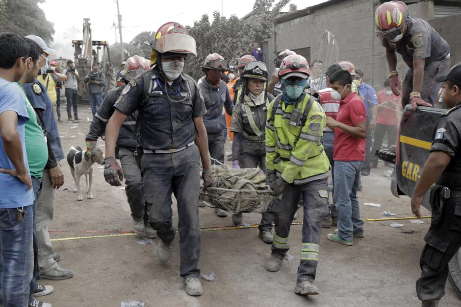 Lunes: Grupos de rescate se adentran a la zona cero para rescatar la mayor cantidad posible de cuerpos. (Foto: Alejandro Balán/Soy502)