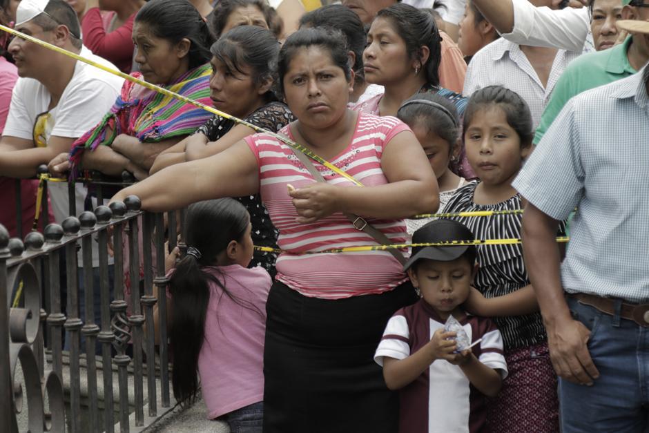 Martes: sobrevivientes esperan reconocer cuerpos de sus familiares frente a una morgue improvisada en el centro de Alotenango. (Foto: Alejandro Balán/Soy502)
