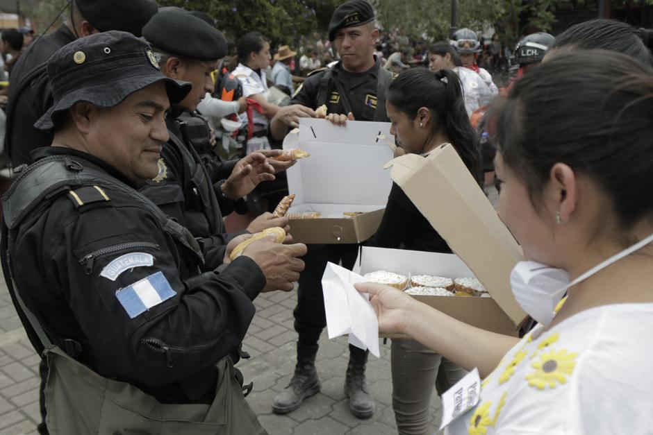 Martes: Agentes de la PNC reciben una dotación de alimentos por parte de los voluntarios que llegaron a Alotenango. (Foto: Alejandro Balán/Soy502)