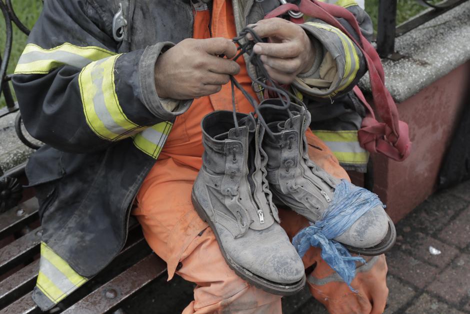 Martes: Bombero recibe un par de botas después de un turno de búsqueda en el cual su calzado origina quedo inservible. (Foto: Alejandro Balán/Soy502)