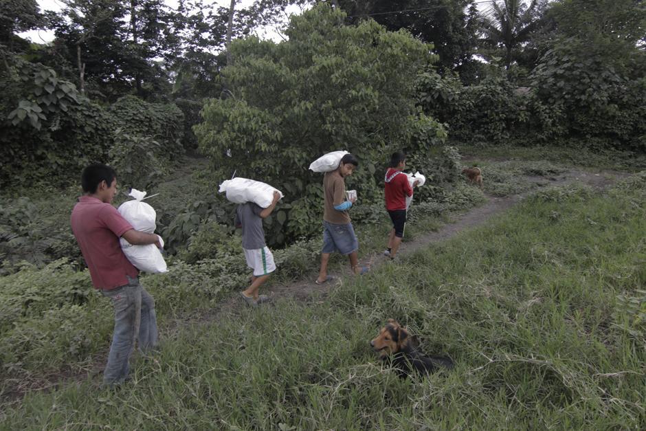 Miercoles: Muchas familias que aun habitan en las faldas del volcán de fuego se ven beneficiadas con víveres. (Foto: Alejandro Balán/Soy502)
