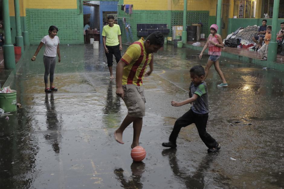 Miercoles: Pese a la crisis, niños y niñas juegan fútbol en el patio de un albergue. (Foto: Alejandro Balán/Soy502)
