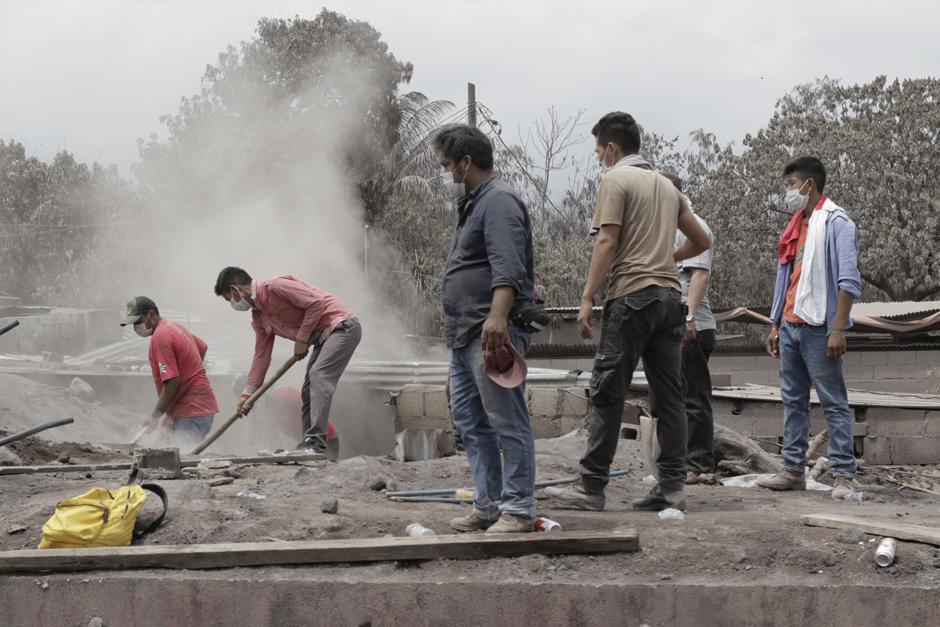 Jueves: Pobladores no se rinden y por sus propios medios esperan rescatar cuerpos de sus familiares. (Foto: Alejandro Balán/Soy502)