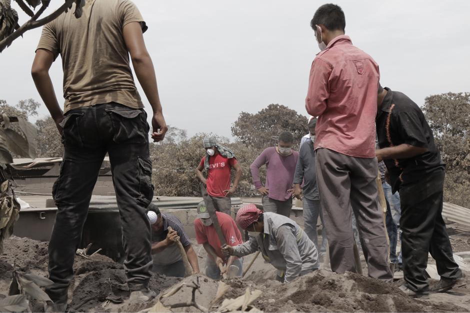 Jueves: pobladores de Los Lotes, se unen para recuperar algunos bienes materiales. (Foto: Alejandro Balán/Soy502)