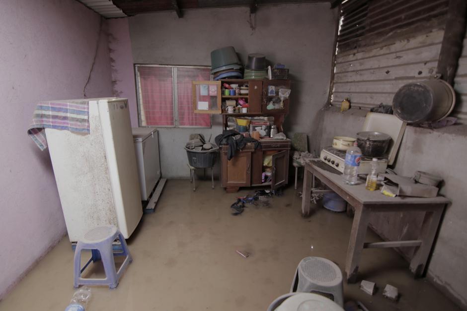 Jueves: Interior de una de las casas que fue devastada por el flujo volcánico el pasado domingo.  (Foto: Alejandro Balán/Soy502)