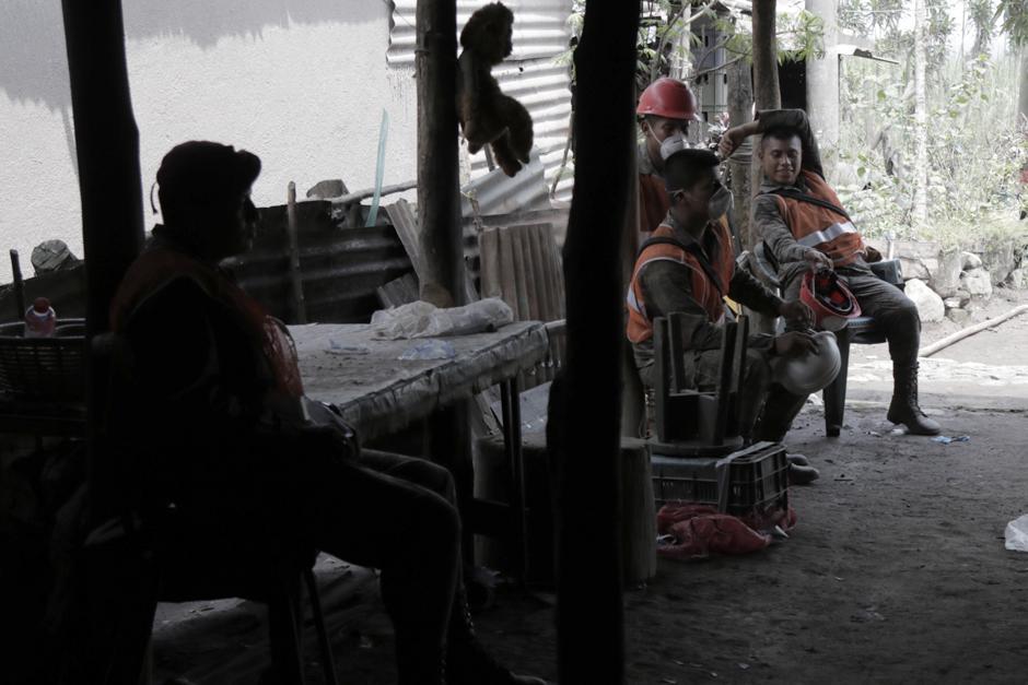 Jueves: Cuerpos de socorro totalmente agotados por el trabajo y las altas temperaturas de la zona cero. (Foto: Alejandro Balán/Soy502)