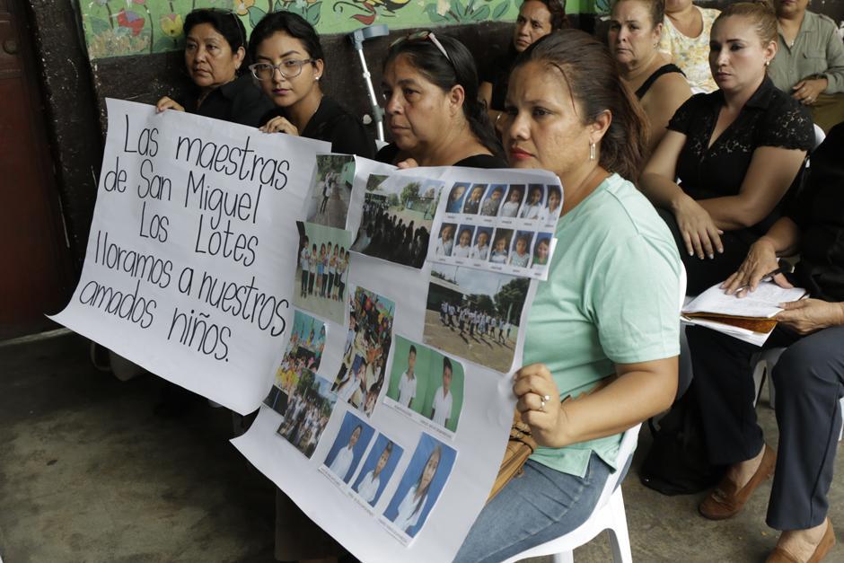 Viernes: Grupo de maestras manifiestan su pesar por la perdida física de sus alumnos. (Foto: Alejandro Balán/Soy502)