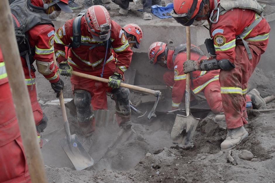 Miercoles: Rescatistas trabajaron por largos turnos para rescatar la mayor cantidad de cuerpos posible. (María José Lara/Soy502)