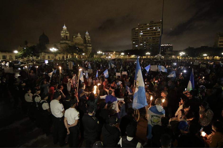 Miles de personas participaron en una marcha para exigir la renuncia de Jimmy Morales. (Foto: Alejandro Balán/Soy502)