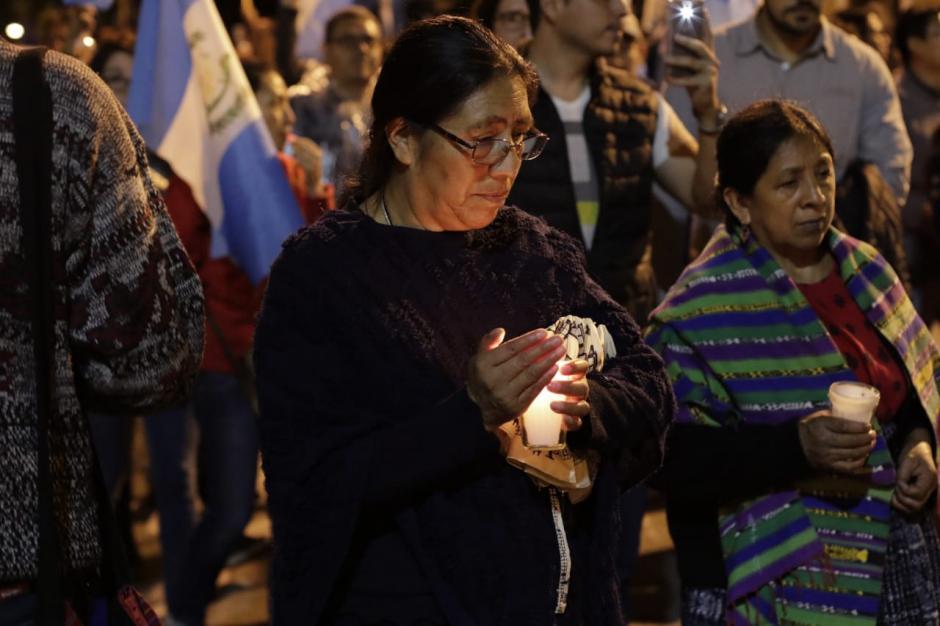 Los participantes en la marcha portaron antorchas y veladoras durante el recorrido. (Foto: Alejandro Balán/Soy502)
