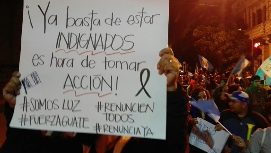 Los manifestantes portaron carteles con mensajes contra el Gobierno de Guatemala. (Foto: Gustavo Méndez/ Soy502)