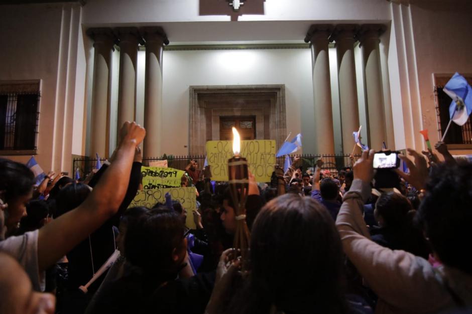 La manifestación se desplazó hacia la Casa Presidencial. (Foto: Alejandro Balán/Soy502)