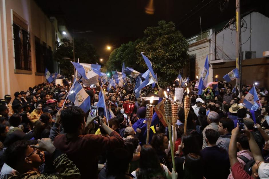 Los protestantes pidieron la renuncia del Secretario Ejecutivo de la Conred, Sergio Cabañas. (Foto: Alejandro Balán/Soy502)