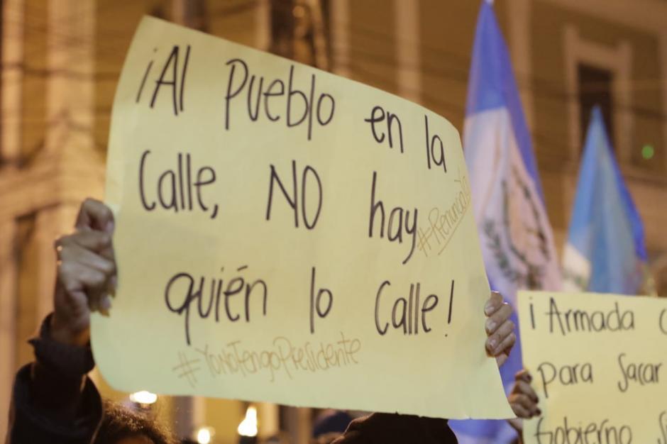 Durante la protesta se guardó un minuto de silencio por las víctimas del volcán de Fuego. (Foto: Alejandro Balán/Soy502)