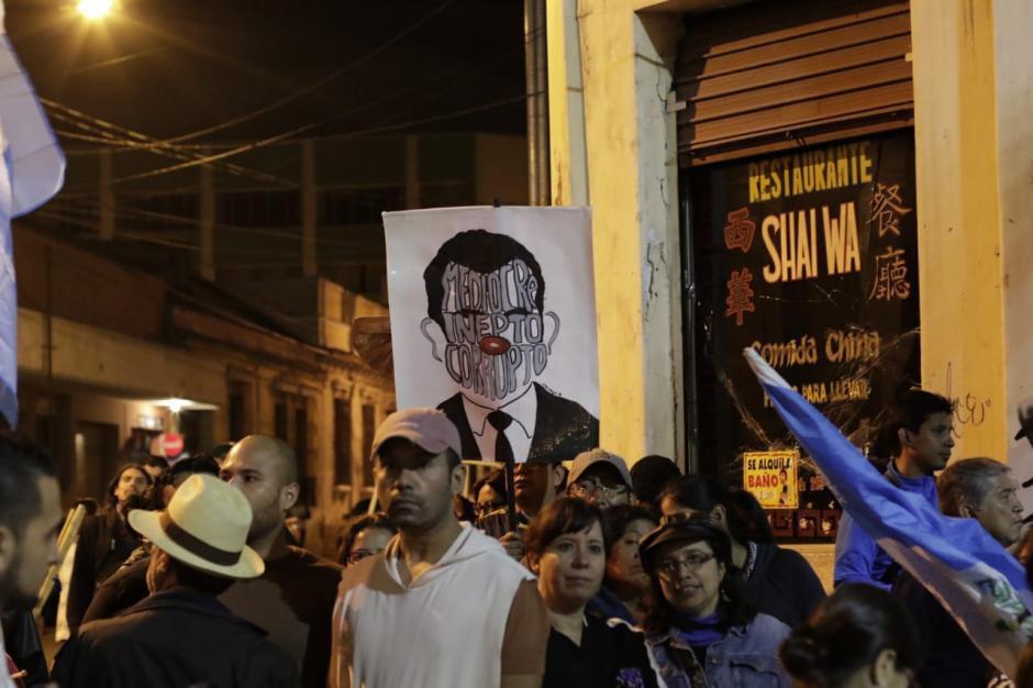 Los manifestantes entonaron el Himno Nacional frente al Palacio Nacional de la Cultura. (Foto: Alejandro Balán/Soy502)
