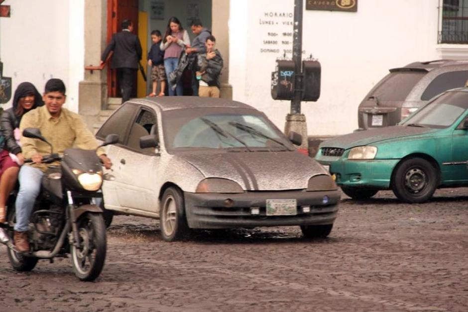 Domingo: Imagen de los vehículos movilizandose con dificultad por la ceniza.  (Foto: Fredy Hernández/Soy502)