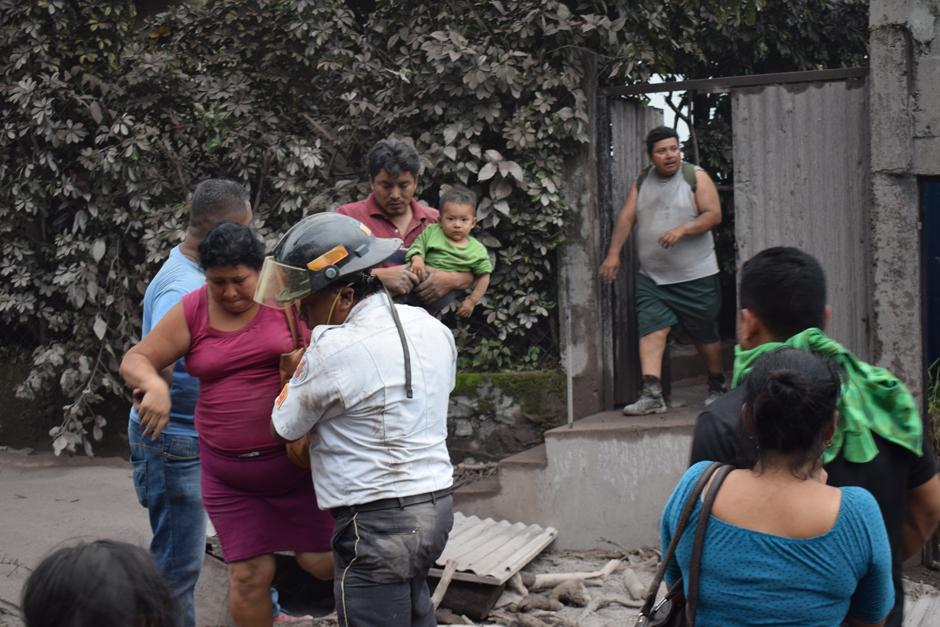 Sobrevivientes angustiados hacen todo lo posible para rescatar con vida a sus familiares. pocos lo lograron. (Foto: Manuel Cobar/Soy502)