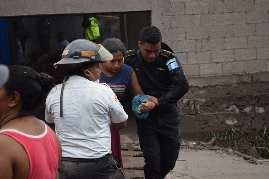 Cuerpos de bomberos Voluntarios y Municipales acudieron a la zona cero. (Foto: Manuel Cobar/Soy502)