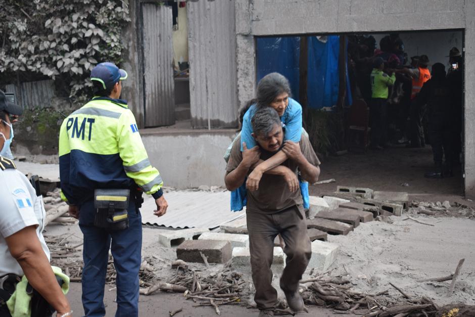 Heroico momento de un rescate. (Foto: Manuel Cobar/Soy502)