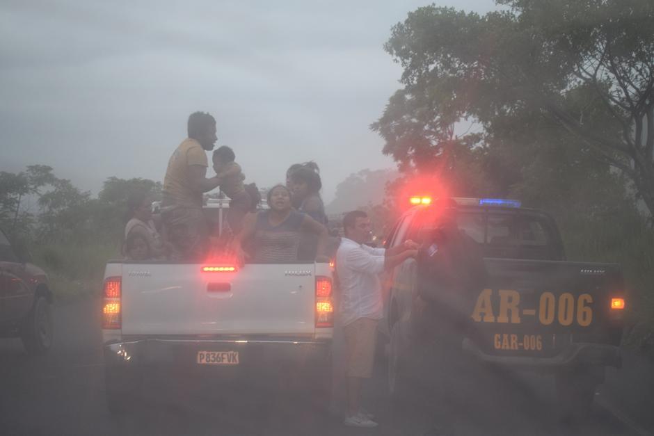 Entidades de seguridad y socorro buscan evacuar de emergencia a la mayor cantidad de personas posible. (Foto: Manuel Cobar/Soy502)