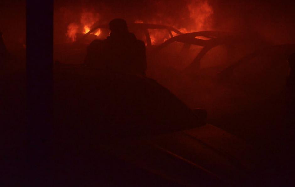 El incendio consumió más de 17 carros. (Foto: Bomberos Voluntarios)