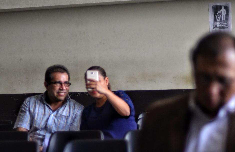 """La familiar de uno los acusados en el caso La Línea aprovechó el encuentro en la audiencia para tomarse una """"selfie"""". (Foto: Jesús Alfonso/Soy502)"""