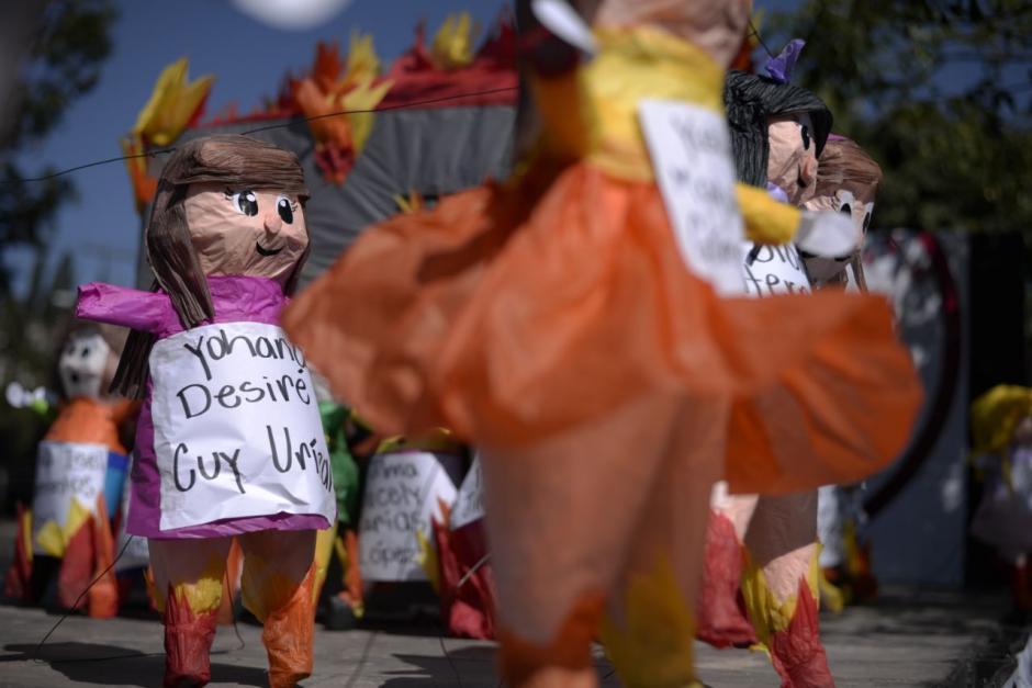 Con piñatas recordaron a las niñas fallecidas. (Foto: Wilder López/Soy502)