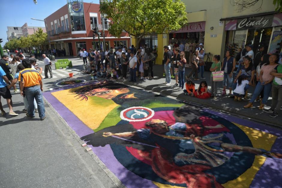 La alfombra se hizo para el cortejo procesional de la Guardia de Honor. (Foto: Wilder López/Soy502)