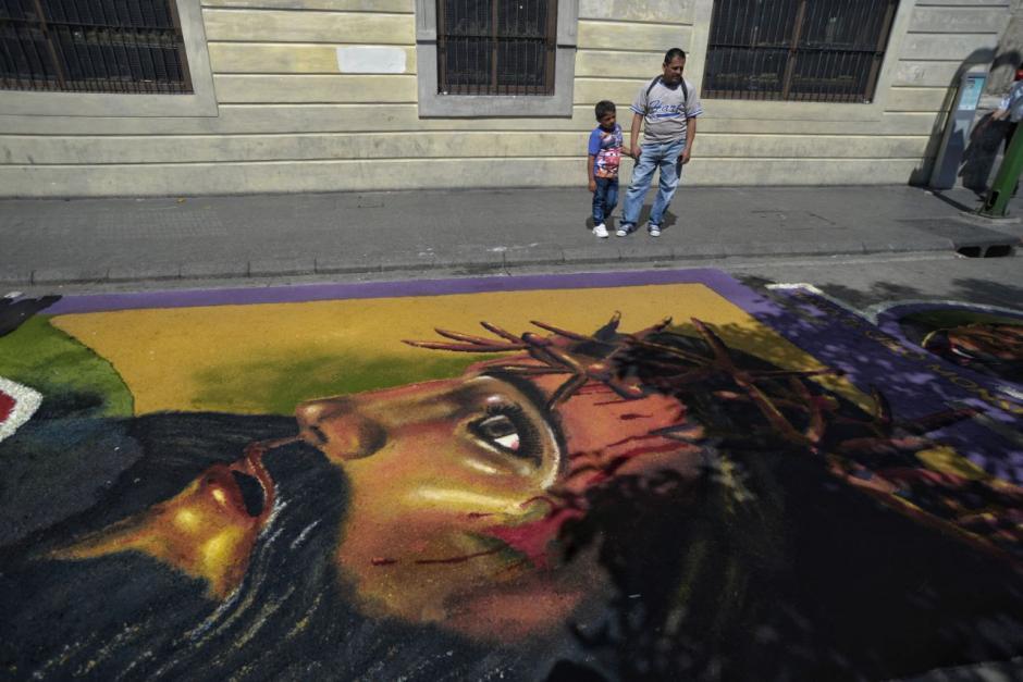 Miembros del colectivo Chucho Callejero realizaron la alfombra. (Foto: Wilder López/Soy502)