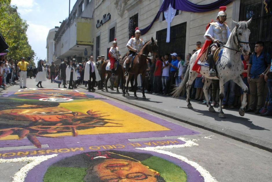 El recorrido de los caballos fue durante la procesión de la Guardia de Honor. (Foto: Wilder López/Soy502)