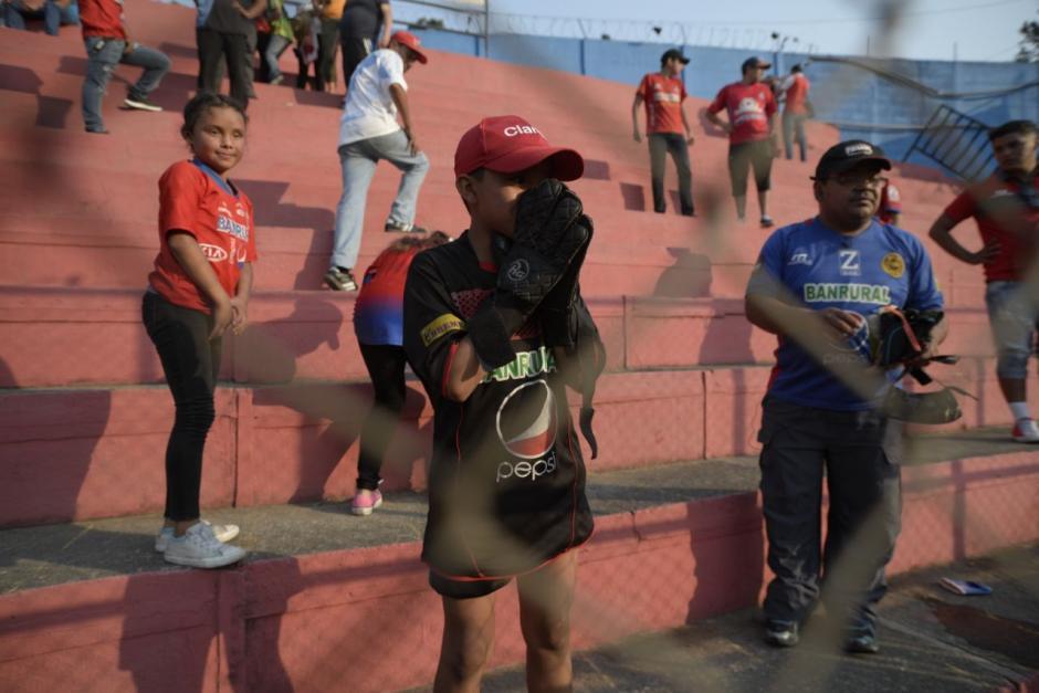 Alejandro de 12 años cumplió su sueño y estuvo de cerca con el arquero Rojo. (Foto: Wilder López/Soy502)