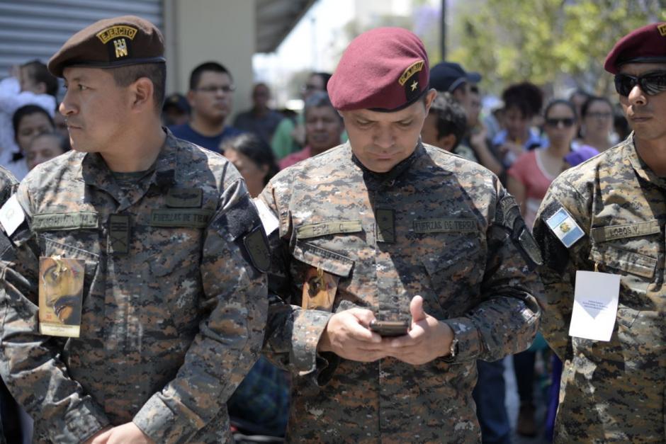 Varios militares esperan cargar en hombros el cortejo. (Foto: Wilder López/Soy502)