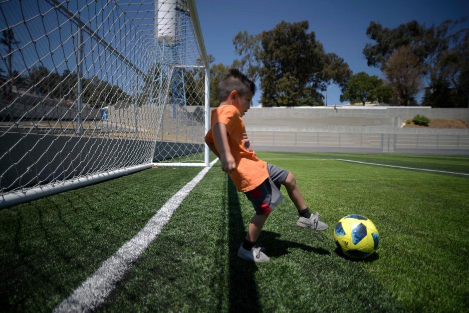 Leonel Martínez, de 5 años, quisiera jugar en el campo de la zona 1. (Foto: Wilder López/Soy502)
