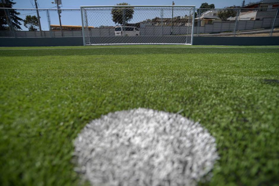 El césped es sintético, pero empieza a tener fallas por la nula actividad deportiva. (Foto: Wilder López/Soy502)