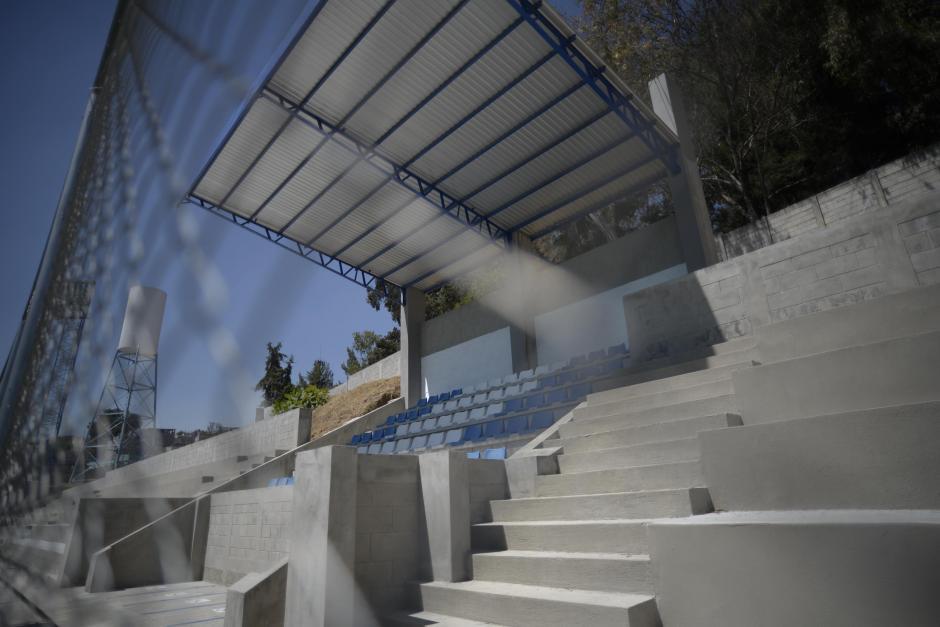 El campo de fútbol cuenta con un graderío para unas 500 personas. (Foto: Wilder López/Soy502)