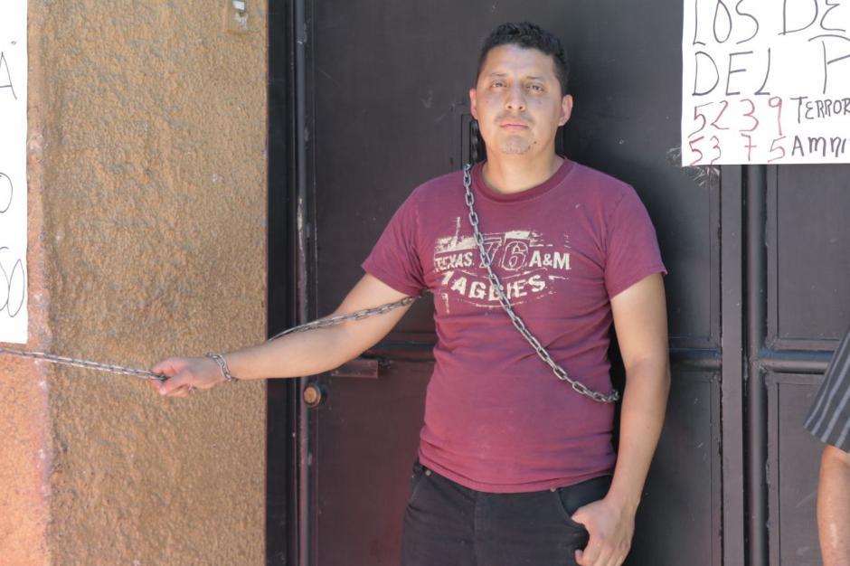 Emmanuel llegó a encadenarse al Congreso el sábado. (Foto: Alejandro Balán/Soy502)