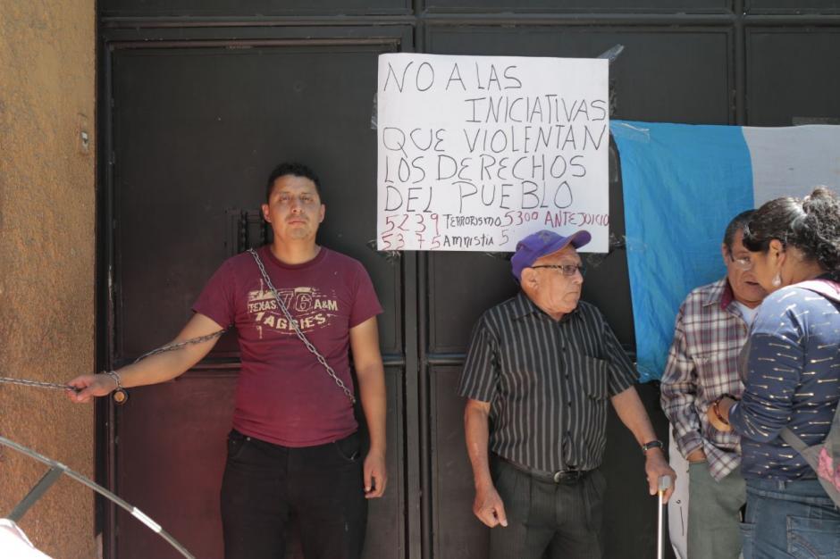 Algunas personas manifiestan por momentos junto a Emmanuel. (Foto: Alejandro Balán/Soy502)