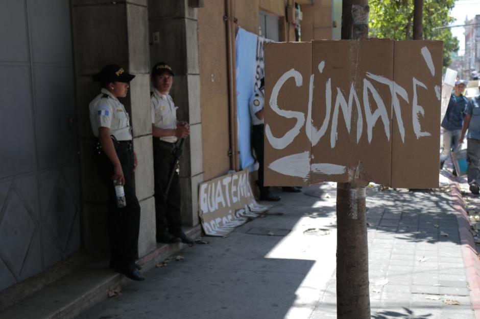 Varias personas han llegado a apoyar al encadenado del Congreso. (Foto: Alejandro Balán/Soy502)