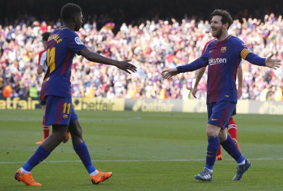 Dembélé y Messi festejan la victoria en el Camp Nou. (Foto: AFP)