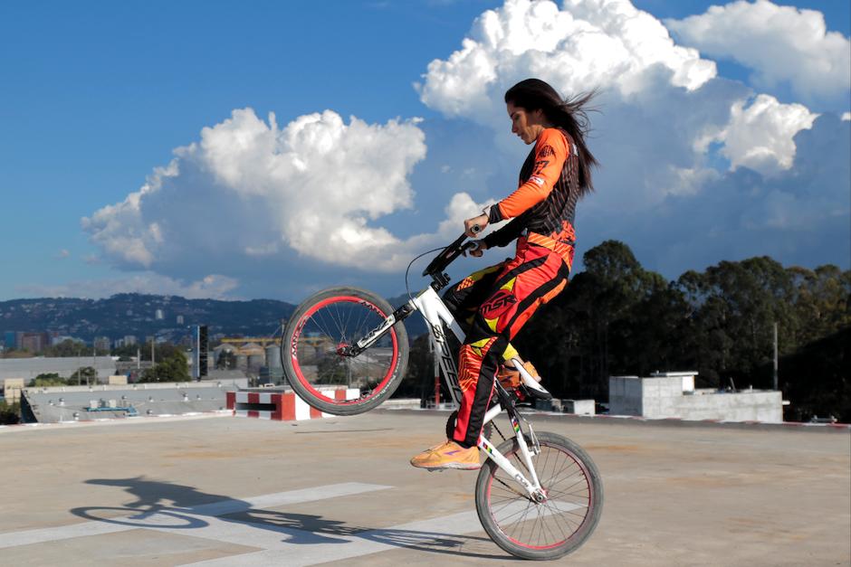Cuando sube a la bici, Marisa se transforma. (Foto: Alejandro Balán/Soy502)