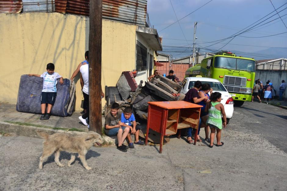Los vecinos de las viviendas aledañas al incendio fueron evacuados.  (Foto: Jesús Alfonso/Soy502)